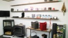 店内に薪ストーブとアクセサリが展示されている写真