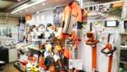 店内にチェーンソー・草刈り機の専門メーカー「スチール」の商品が展示されている写真