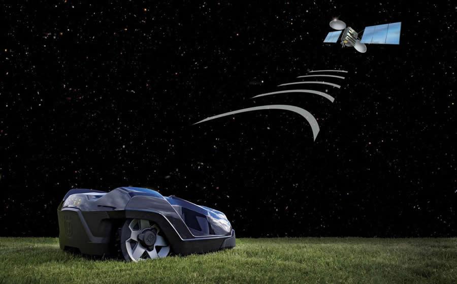 ロボット芝刈機Automower430が宇宙衛星から電波を受信している様子。
